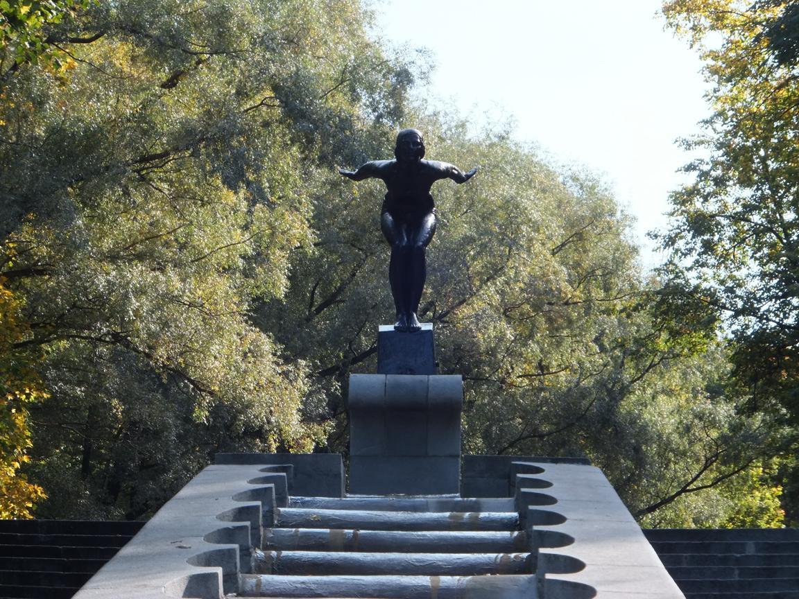 park_gorkovo_schwimmerin_statue