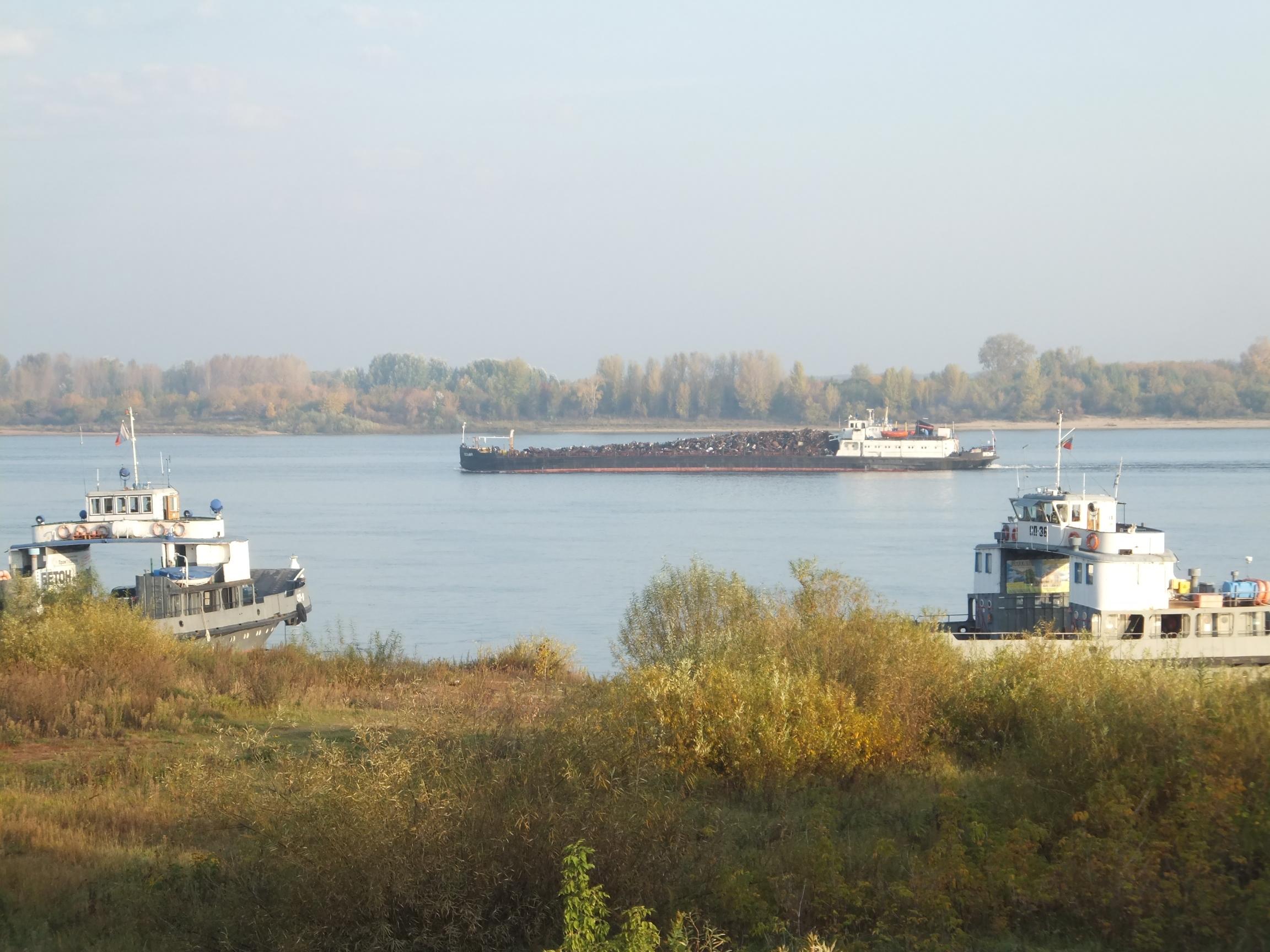 Nizhny_2_Fähren_und_Schlepper_am_Ufer